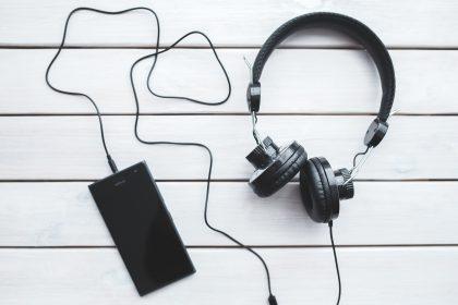 headphones 420x280 - Pocztówki dźwiękowe. Muzyka XXI wieku