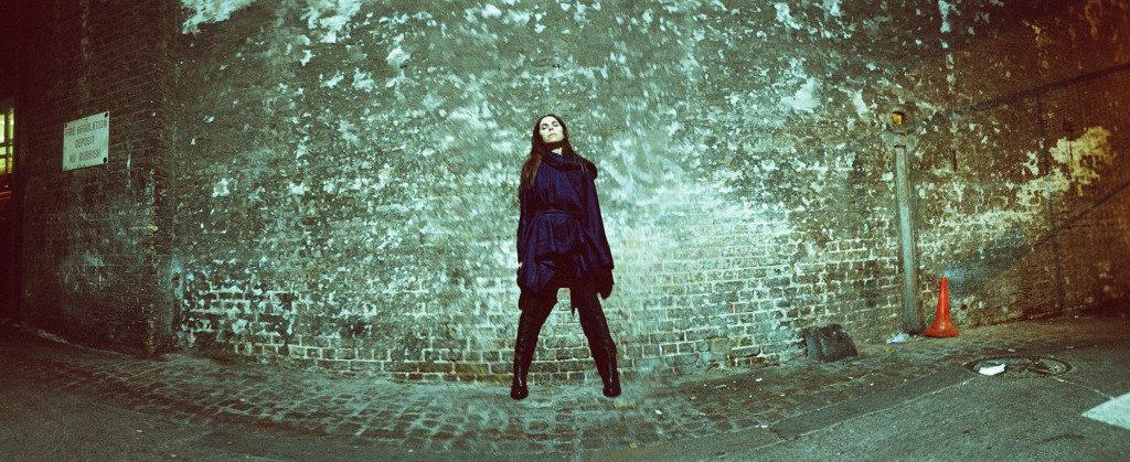 PJ Harvey by Maria Mochnacz 2015 1 WEBSITE 1024x419 1024x419 - Pocztówki dźwiękowe. PJ Harvey, Hope Six Demolition Project