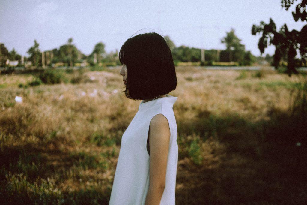 girl white dress 1024x683 - Co kobieta ma na myśli? Dokładnie to, co mówi