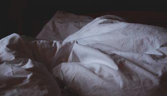 bed pillows main 330x190 - Nie przepraszam za bałagan. Ja tu mieszkam