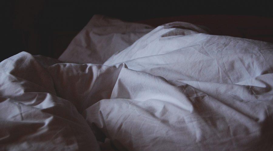 bed pillows main 900x500 - Nie przepraszam za bałagan. Ja tu mieszkam