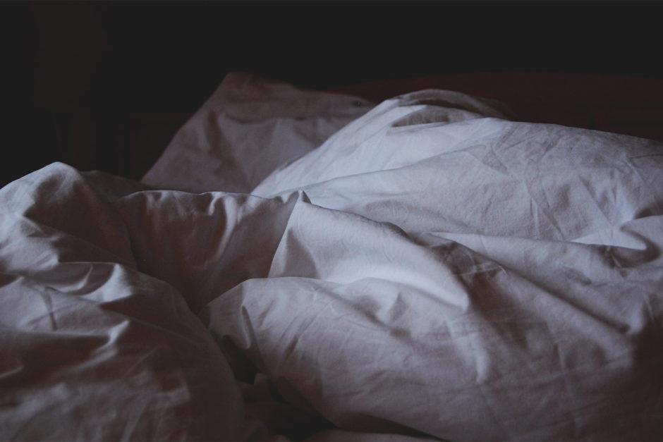 bed pillows main 940x627 - Nie przepraszam za bałagan. Ja tu mieszkam