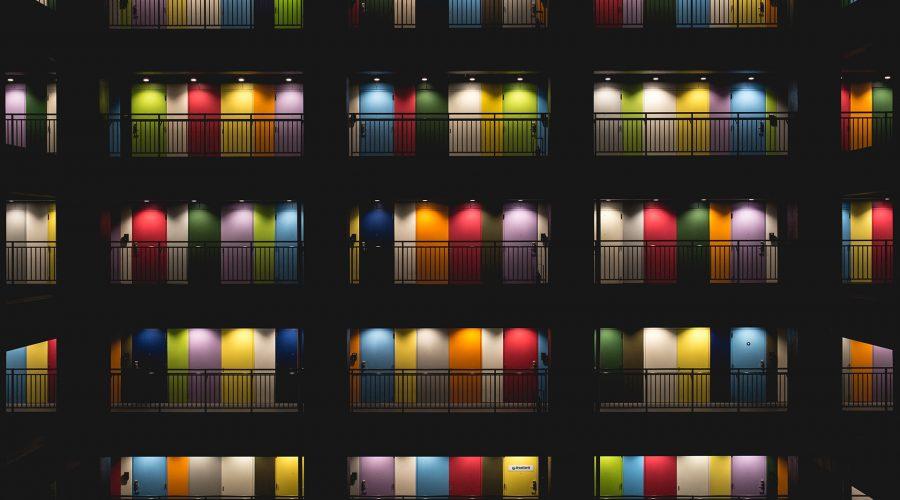 rainbow doors 900x500 - Korporacja i homofobia. O pink washingu i trudniejszej stronie tęczy