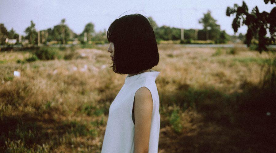 girl white dress 1 900x500 - Cała prawda o życiu po 30