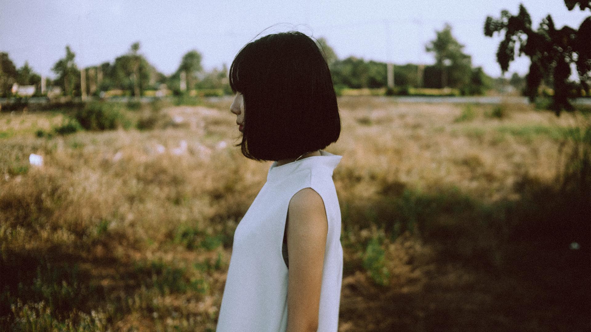 girl white dress 1 - Cała prawda o życiu po 30